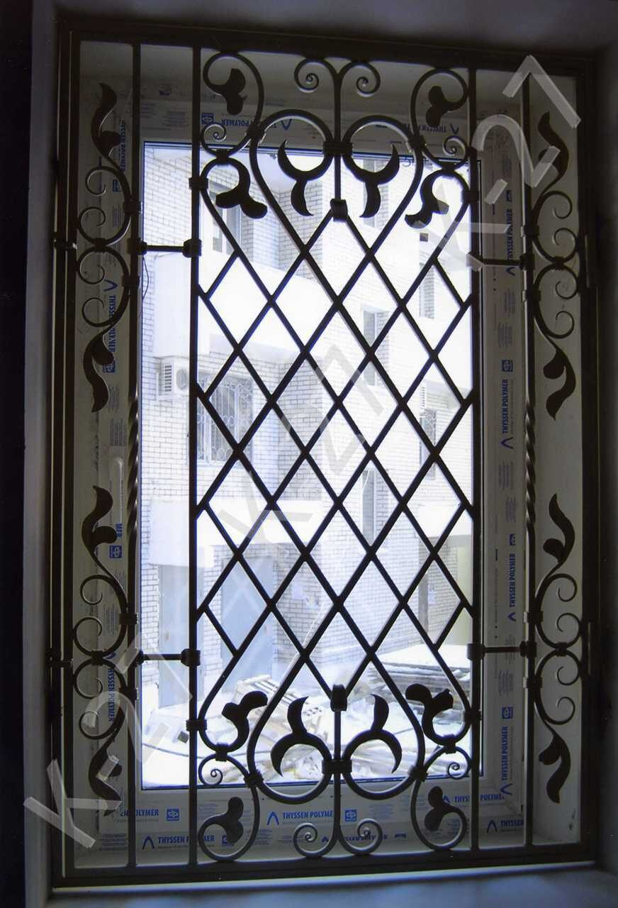 двери стальные с внутренним окном и кованой решеткой